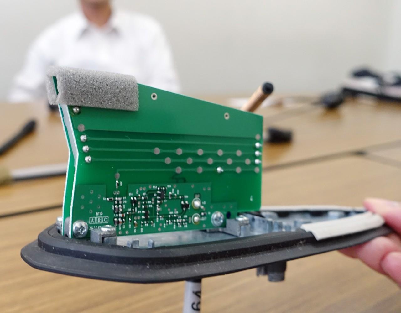 ɭ�動デザインを引き立てるアンテナとは Ͻ�シャークフィンアンテナ開発にかけるエンジニアの想い À�mazda】マツダ