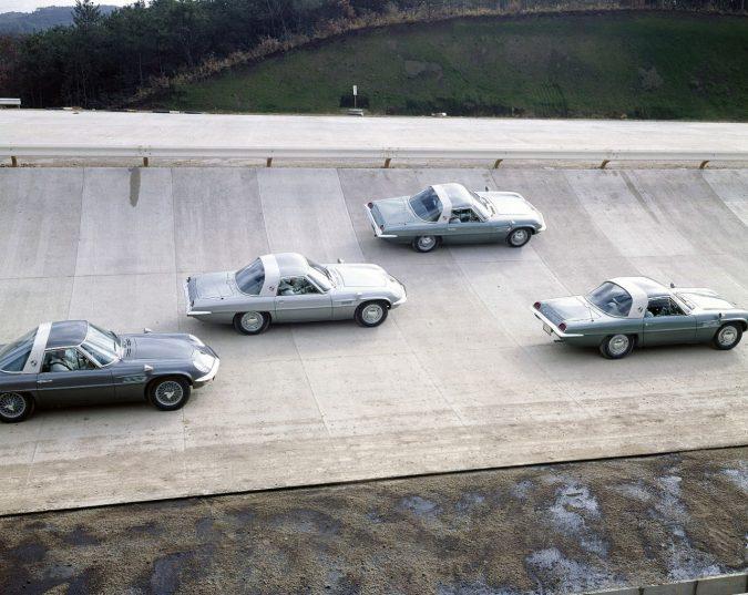 三次自動車試験場(広島県)を走行する、コスモスポーツ 試作車