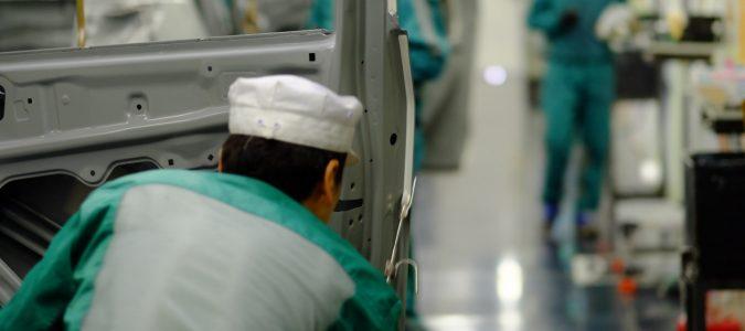 塗装工場 シーラー充填中の社員