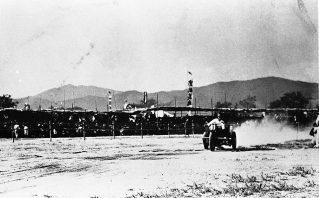 1934年招魂祭レース参加中のDC型三輪トラック