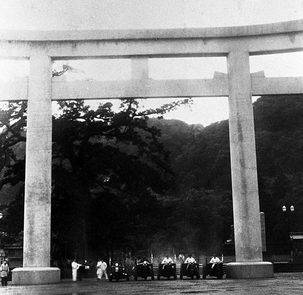 照國神社で整列したキャラバン隊