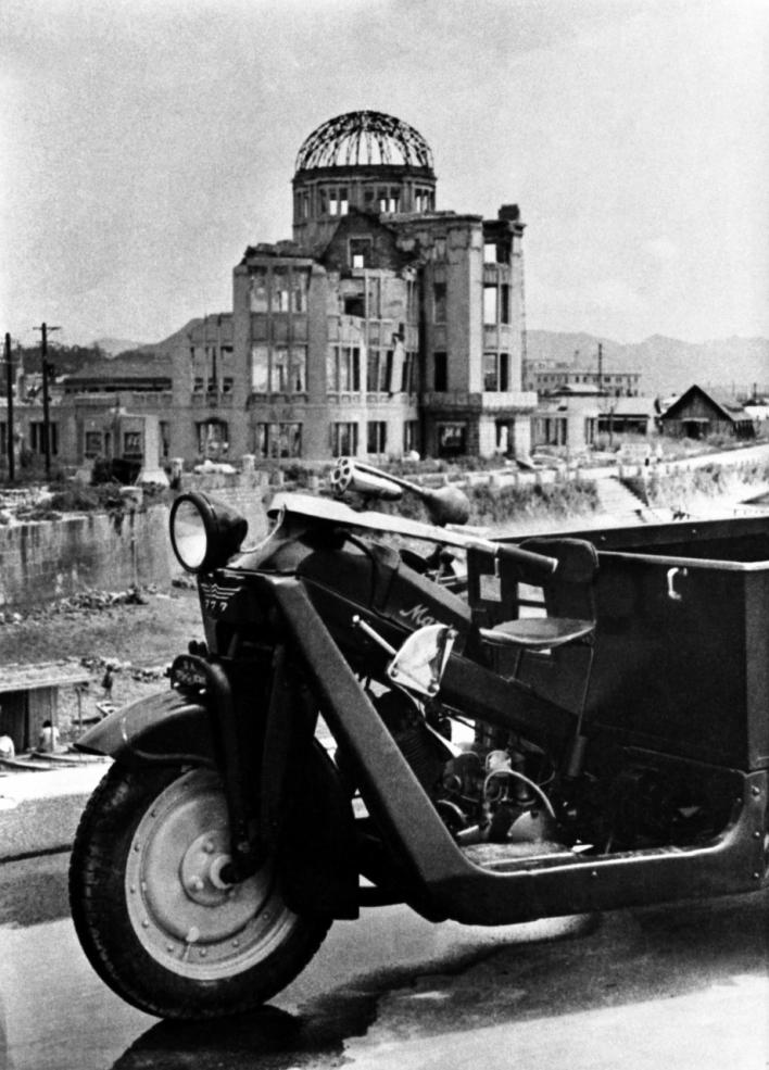 原爆ドームとGA型 (1947年~48年頃撮影)